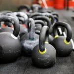 Laitteet vai vapaat painot? Kumpi on tehokkain treenitapa