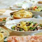 Vältä piilorasvaa ja juo vettä – näin syöt järkevästi noutopöydästä