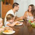 Napinat pois ruokapöydästä – tympeä tunnelma yhteydessä lasten ylipainoon