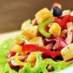 Pidä lounassalaatti kevyenä – varo näitä täytteitä!